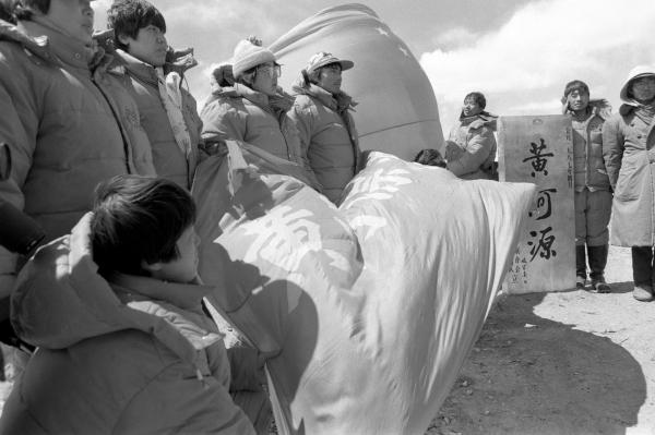 △图为1987年4月21日,队员们到达距源头80公里的玛曲·卡日曲汇合处后,立起铜质黄河源碑,向祖国宣誓要征服黄河巨龙。新华社记者马挥发