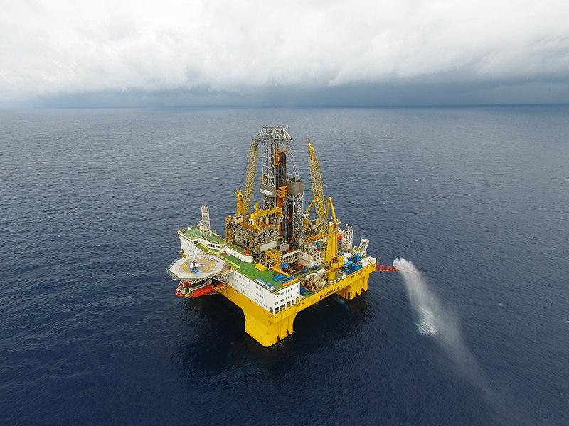 """这是在我国南海神狐海域进行天然气水合物试采作业的""""蓝鲸一号""""钻探平台。新华社记者梁旭 摄"""