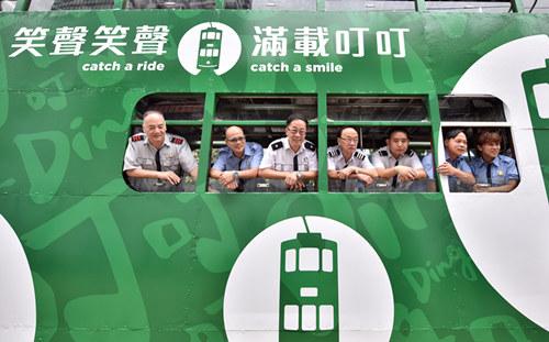"""5月26日,车长们在新装饰的""""叮叮车""""上合影。王玺摄"""
