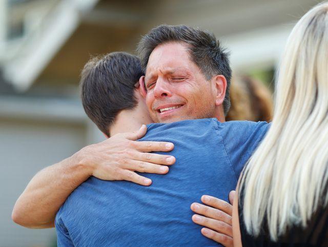 7月17日,邻居在新闻会上安慰达蒙未婚夫唐·达蒙。(新华/路透)