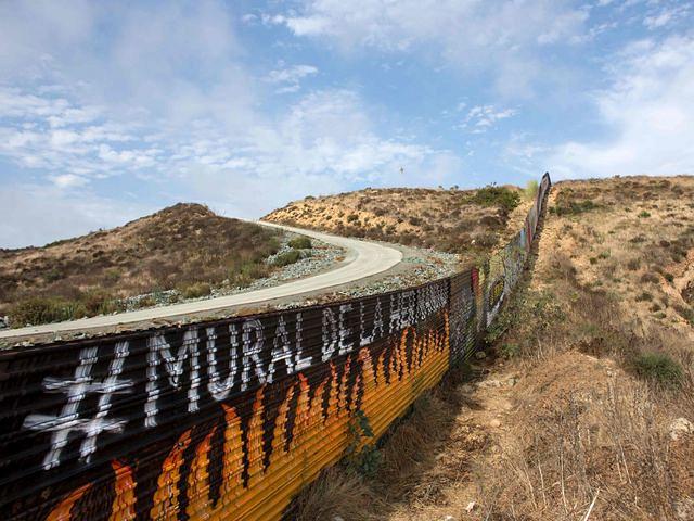 美墨边境隔离墙,左边为美国。(新华/法新)