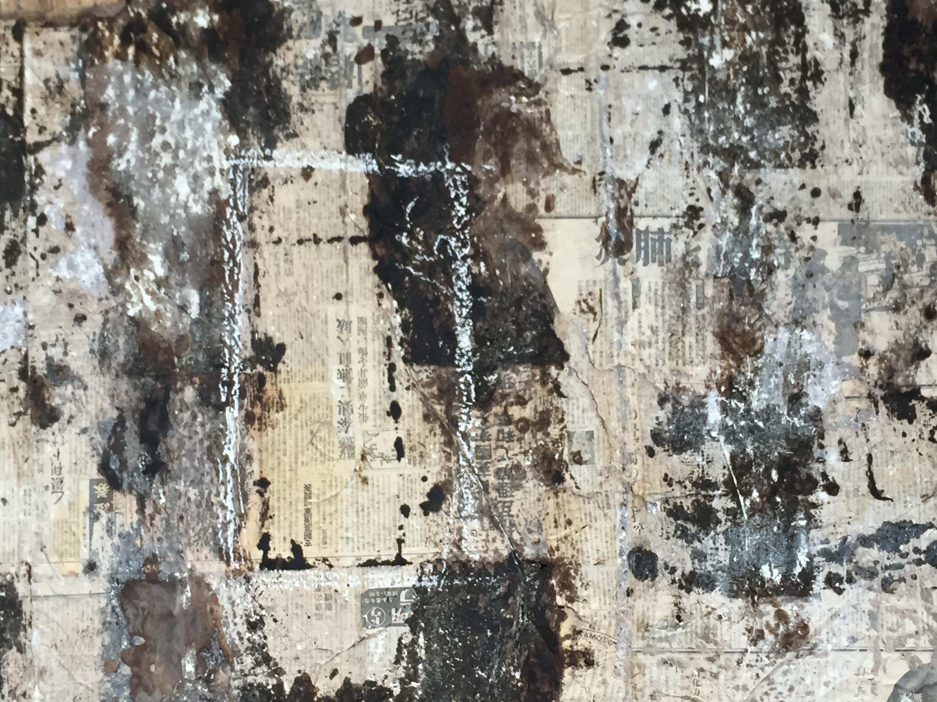 营房的天花板上铺满了日文报纸,其中相当一部分记载了日军侵华的史实。新华社记者魏一骏摄