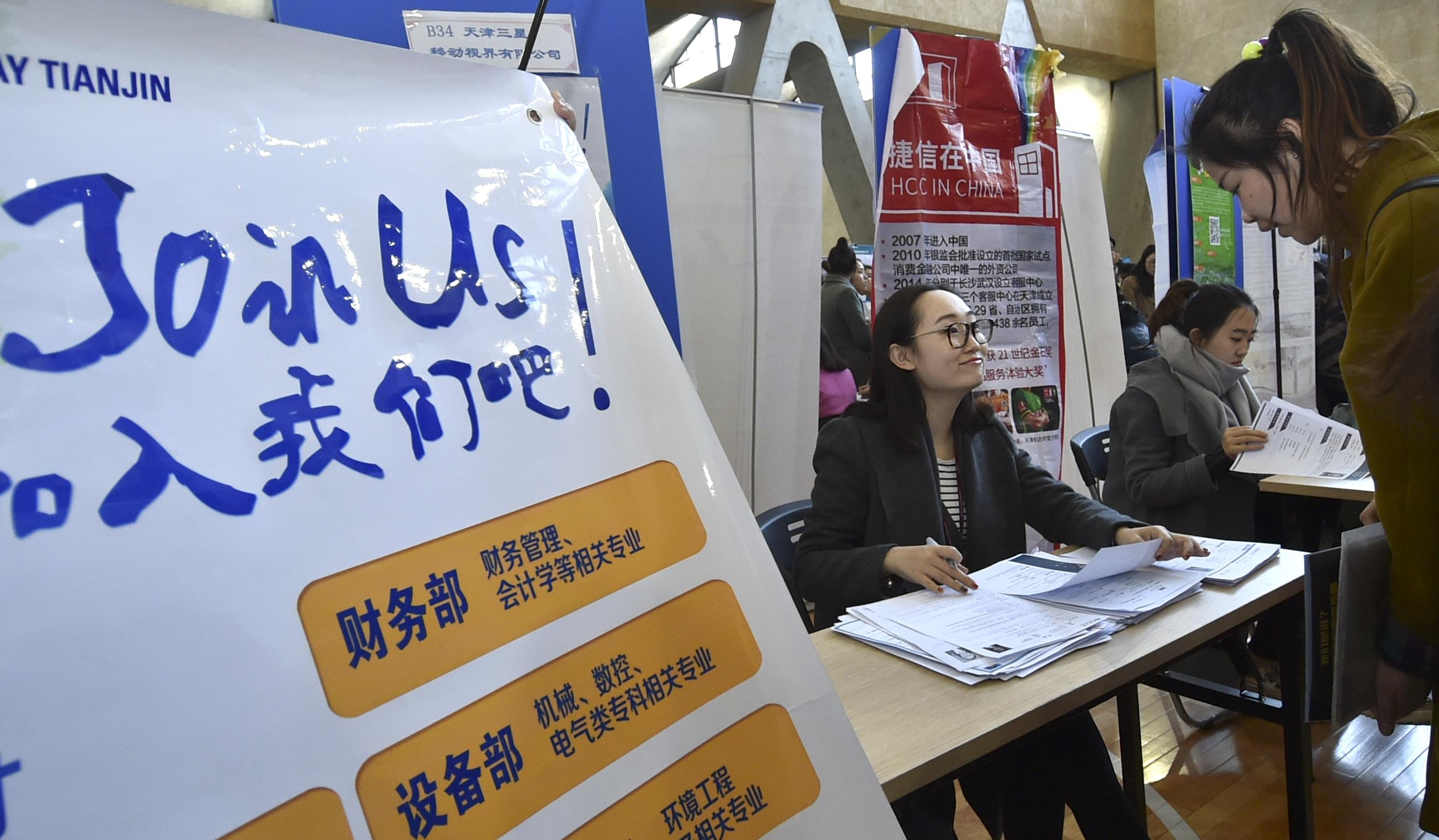 3月7日,天津市第三届女大学生专场招聘会在天津大学北洋园校区举行,为女大学生就业提供机会。新华社记者连漪 摄