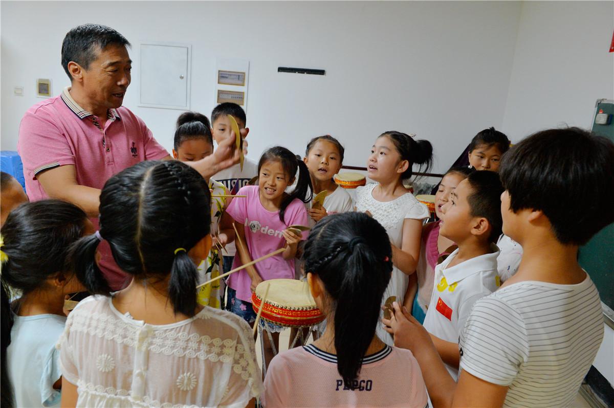 孩子们跟着非遗传人张旭武老师学习乐亭大鼓。 新华社记者秦华摄