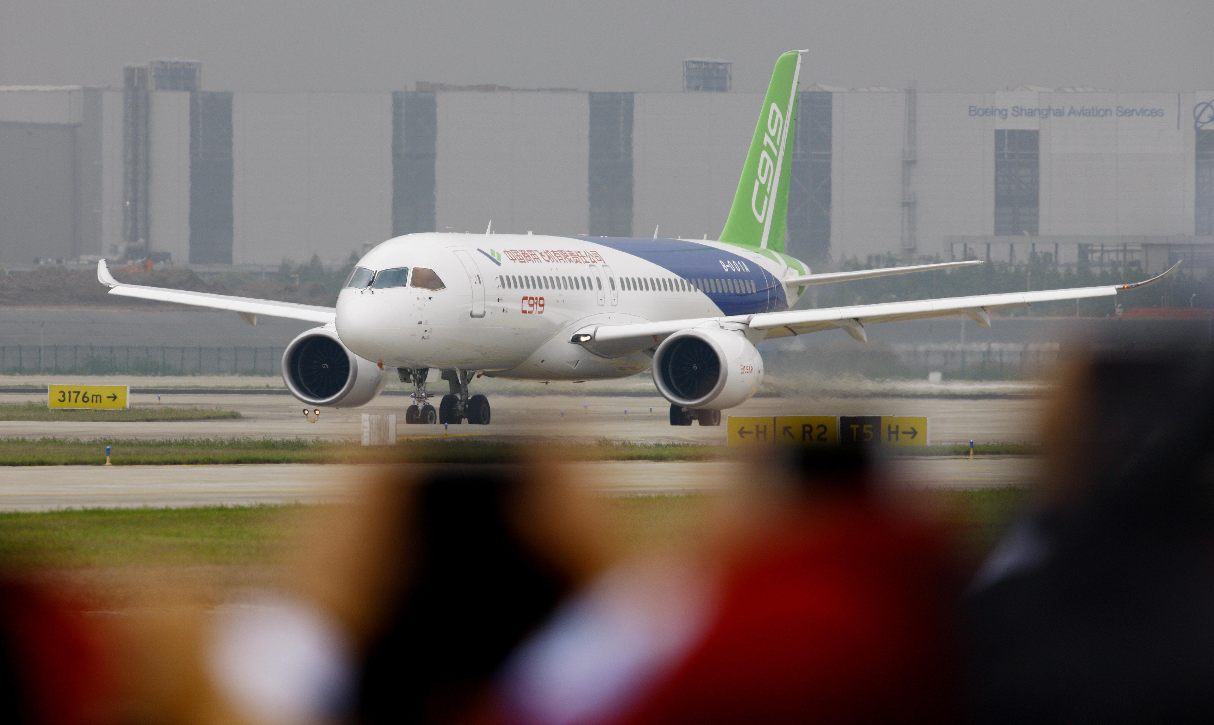 中国首款国际主流水准的干线客机C919在上海浦东国际机场首飞成功(5月5日摄)。 (新华社记者方喆摄)