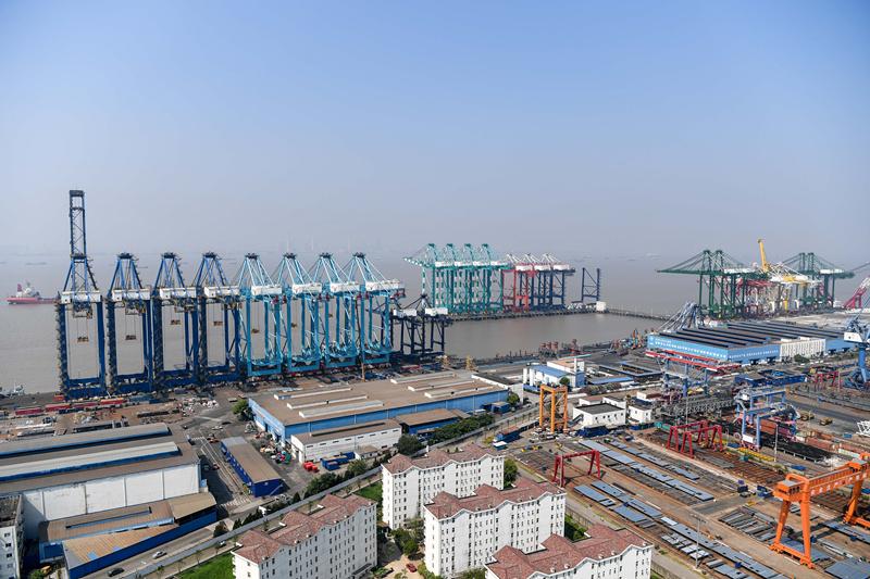 """在位于上海长兴岛的振华重工长兴基地,振华重工制造的岸桥排列在生产码头上(7月27日摄)。 中国经济用平稳的运行态势开启2017年""""下半场""""。8月14日发布的中国经济7月份数据显示,生产需求平稳增长,经济稳中向好势头得以延续。在世界经济曲折复苏的背景下,中国经济的稳中向好难能可贵,成为世界经济运行的""""压舱石""""和""""稳定锚""""。 新华社记者 申宏 摄"""