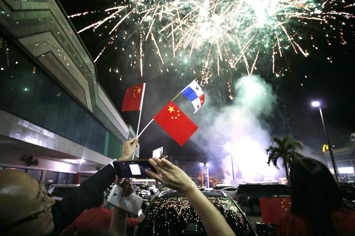 2017年6月12日,在巴拿马首都巴拿马城的华人社区,人们在巴拿马与中国建交的庆祝活动上拍摄烟花。(新华社发)