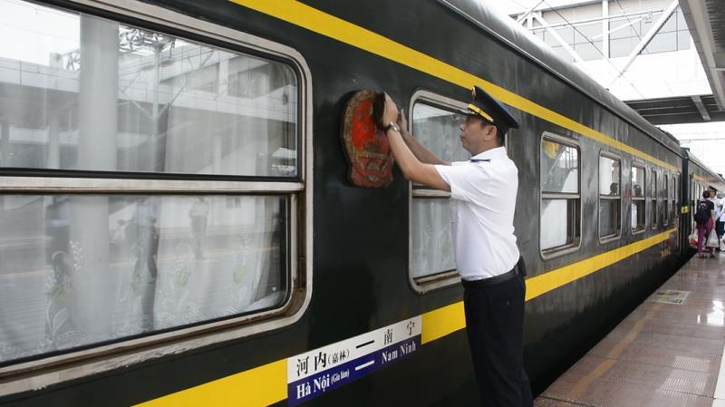 列车开发前,列车员擦拭国徽。新华社记者 覃星星 摄