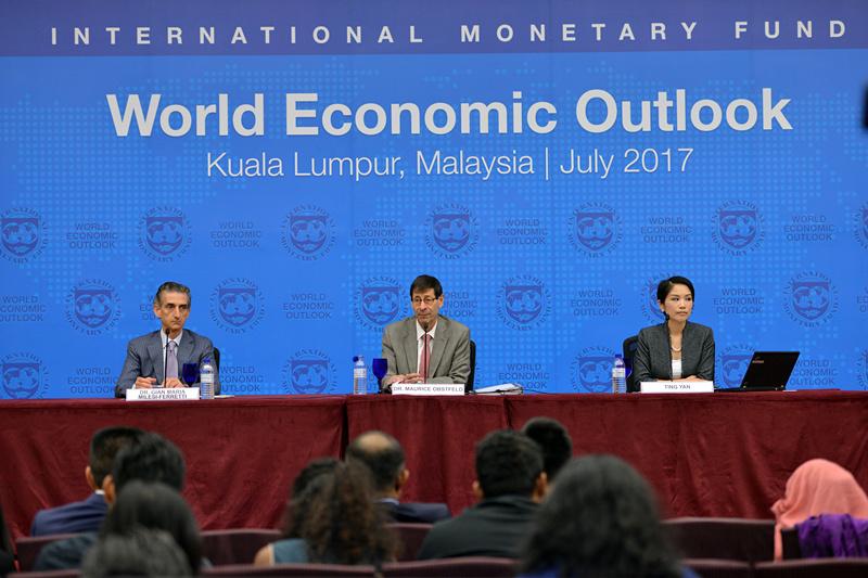 7月24日,在马来西亚吉隆坡,国际货币基金组织(IMF)首席经济学家莫里斯·奥布斯特费尔德(中)在发布会上讲话。 当天,国际货币基金组织(IMF)在马来西亚首都吉隆坡发布《世界经济展望报告》更新内容,将中国今明两年经济增长预期分别上调0.1和0.2个百分点至6.7%和6.4%。 新华社图片
