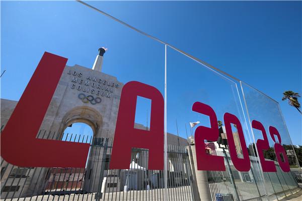 洛杉矶点燃纪念体育场火炬,庆祝获得2028年奥运会主办权 新华社发