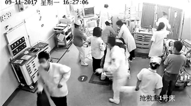 亚眠医院昏迷病人相片-抢救剪破患者衣物被索赔千元 医生 理解索赔行为图片
