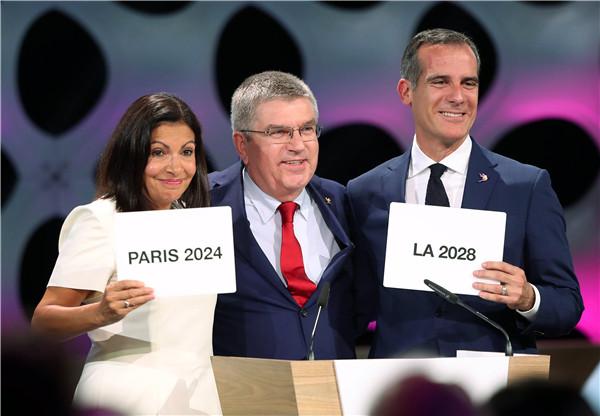 国际奥委会主席巴赫(中)宣布2024和2028年夏季奥运会举办城市 新华社发