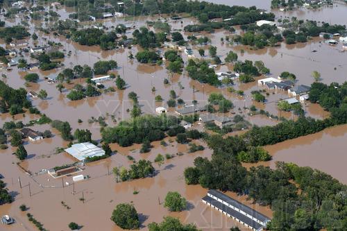 """这张9月1日的航拍照片显示,美国得克萨斯州休斯敦一些房屋被飓风""""哈维""""引发的洪水围困。 (新华社记者殷博古摄)"""