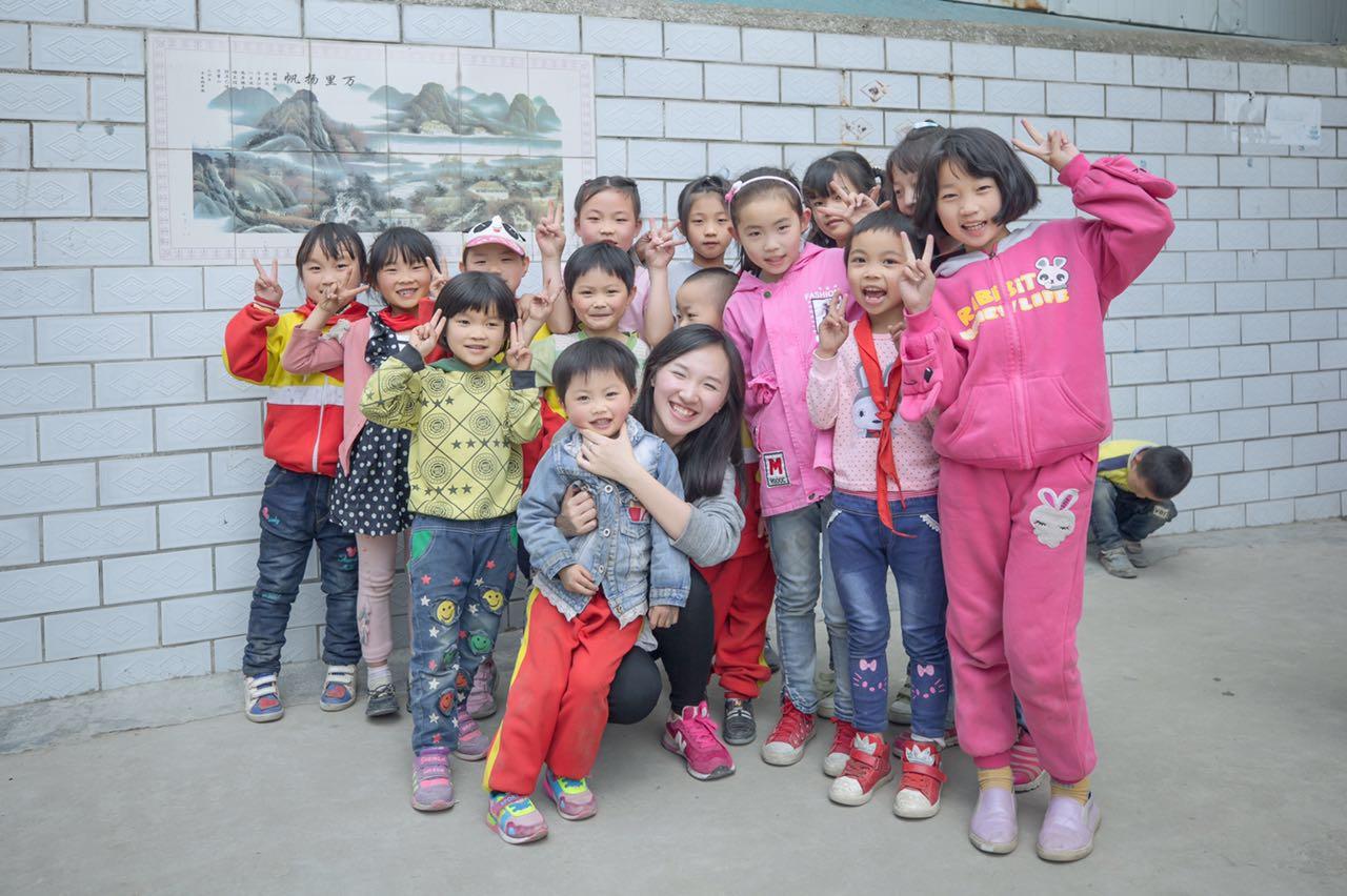 李思缘和孩子们打成一片。
