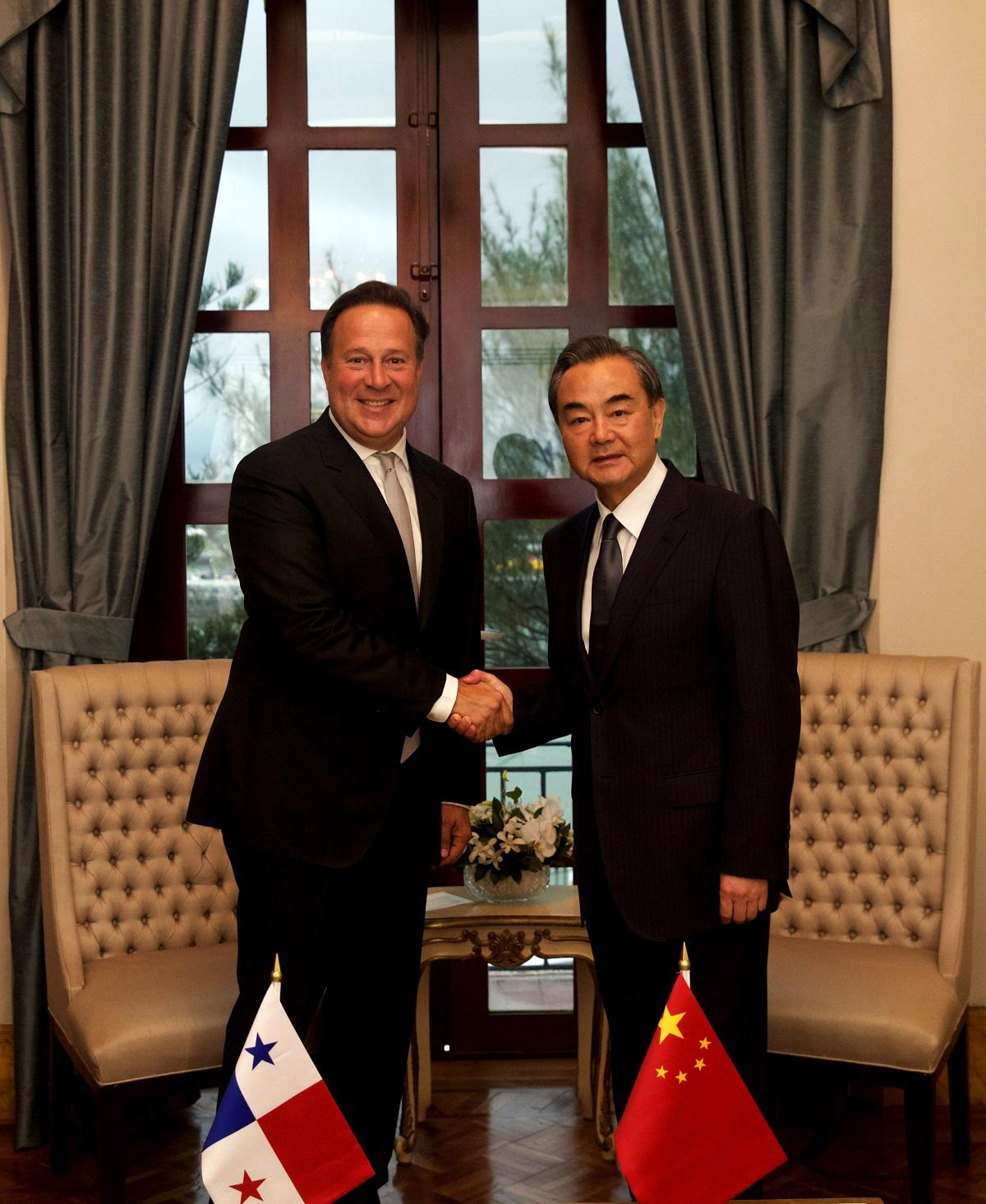 2017年9月16日,巴拿马总统巴雷拉(左)在巴拿马城总统府会见中国外交部长王毅。(新华社记者淡航摄)