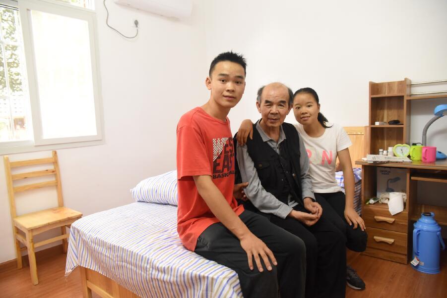 陈春林(右一)与父亲、弟弟的合影