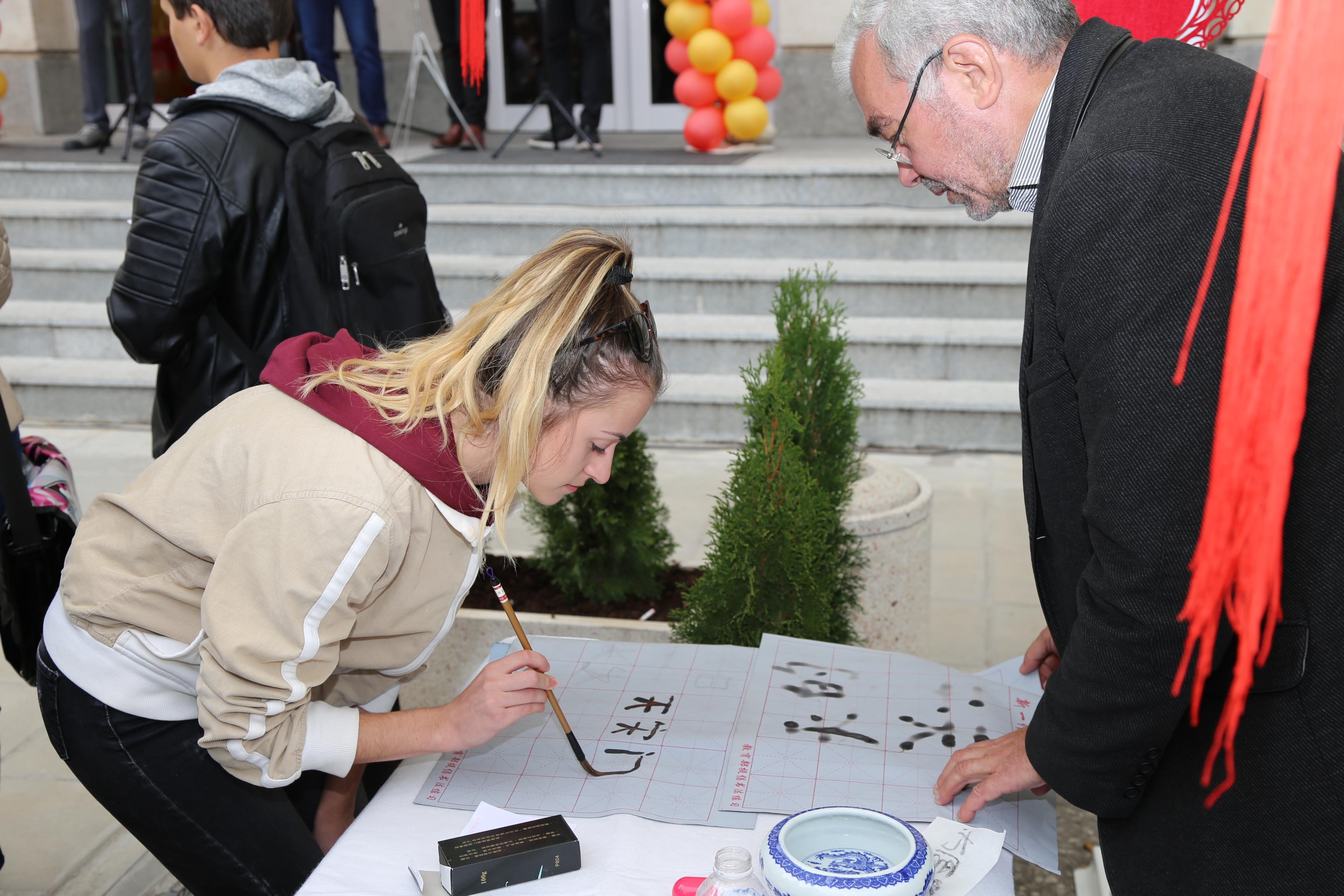 一位索非亚市中学生在保加利亚知名汉语书法家的指导下认真学习中国书法。新华社记者记者 战小漪摄