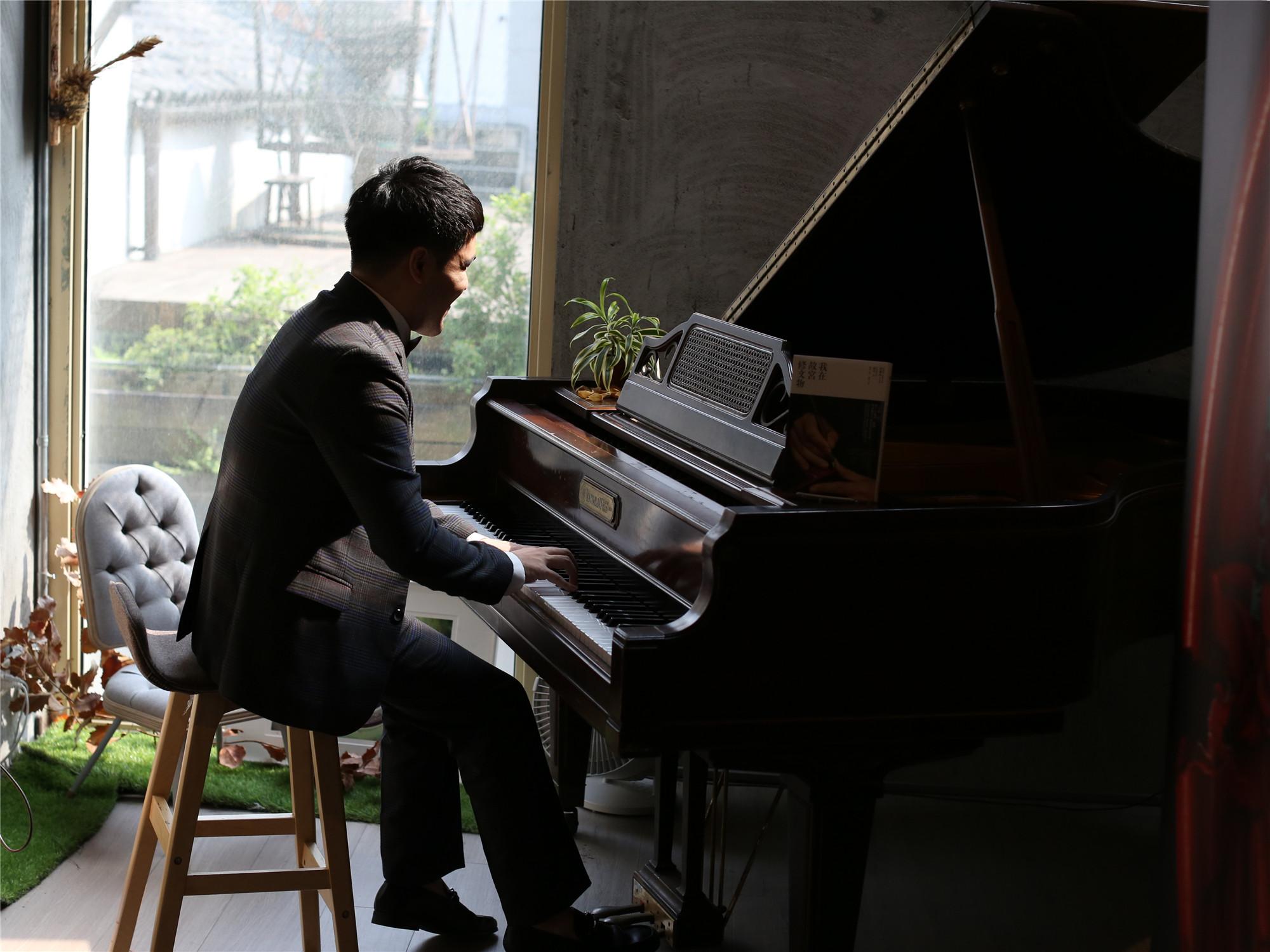 图为台湾盲人钢琴家黄裕翔现场演奏电影主题曲。新华社记者 陈君 摄。