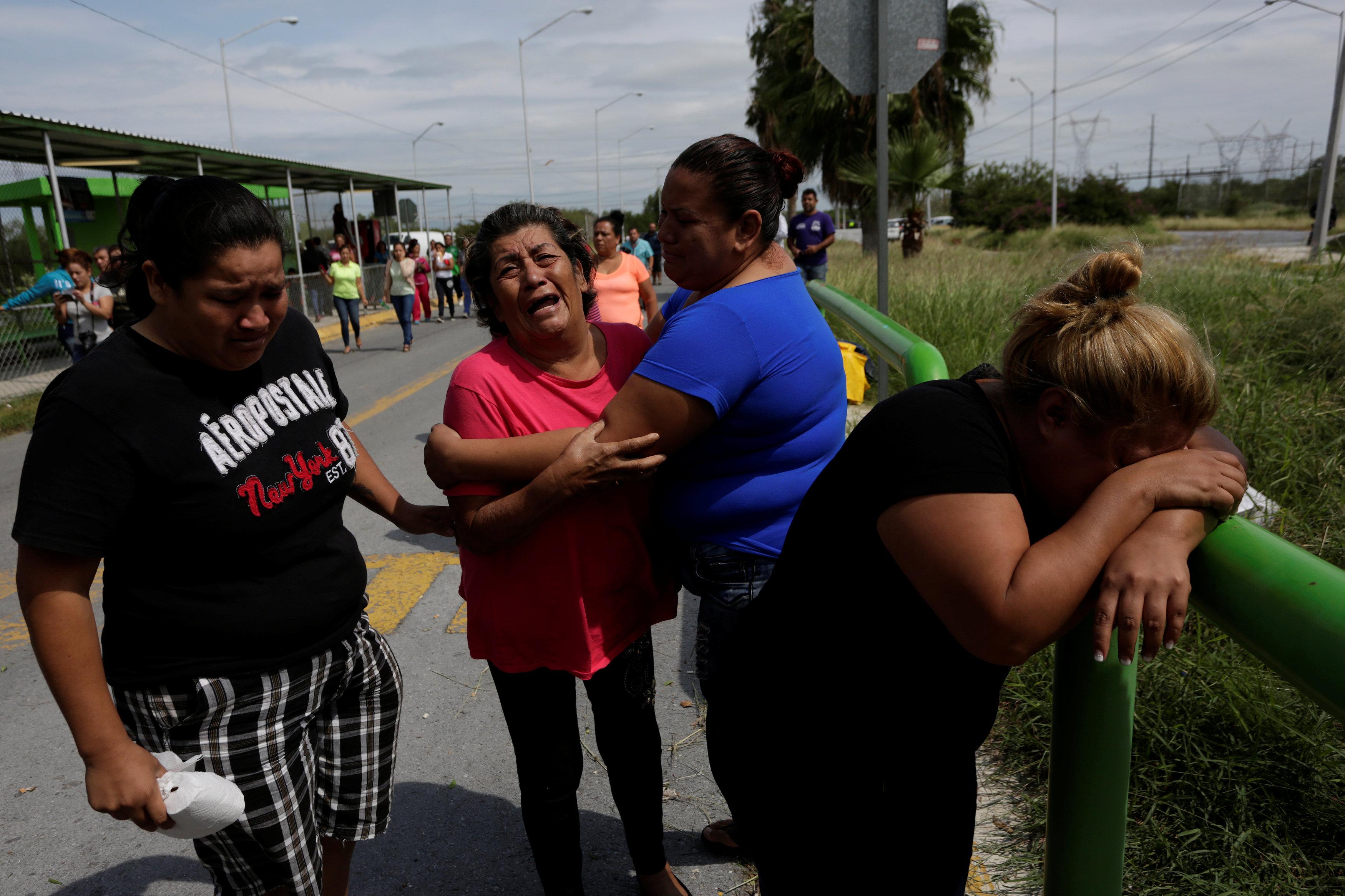 10月10日,在墨西哥卡德雷塔市,犯人家属在监狱外等待消息。(新华社/路透)