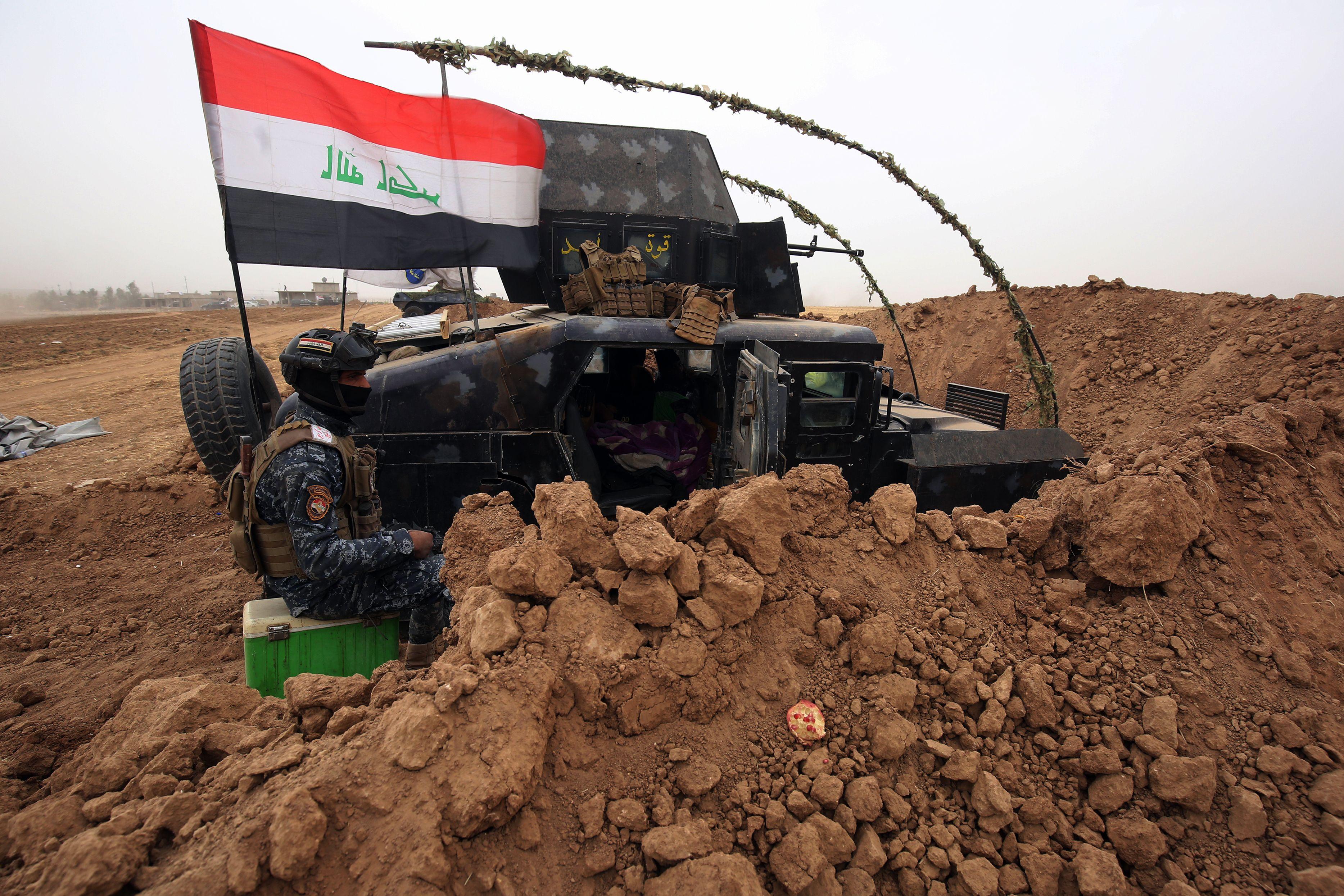 这是10月28日在伊拉克西北部的费什哈布尔拍摄的驻扎在营地的伊拉克军队。费什哈布尔地处伊拉克、土耳其和叙利亚交界地区,伊政府军与库尔德自治区(库区)武装近日曾在此交火。(新华/法新)