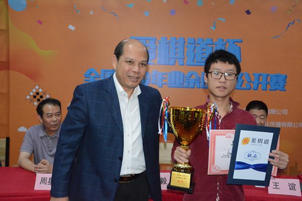 ↑10月6日,国家体育总局棋牌运动管理中心主任罗超毅(左)为获得公开赛冠军的刘嘉琪(右)颁奖。周游摄