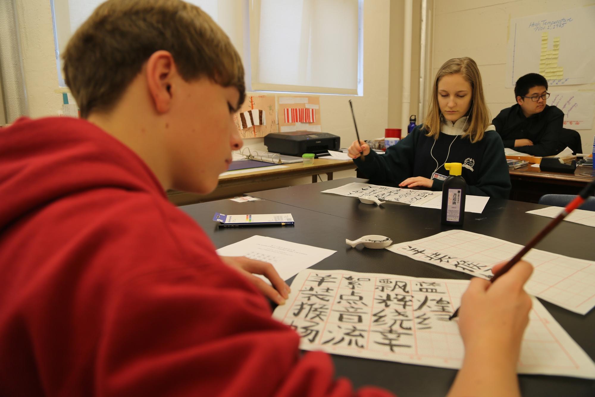在美国旧金山市西奥多·罗斯福中学,中学生参加书法比赛。新华社发(刘艺霖摄)