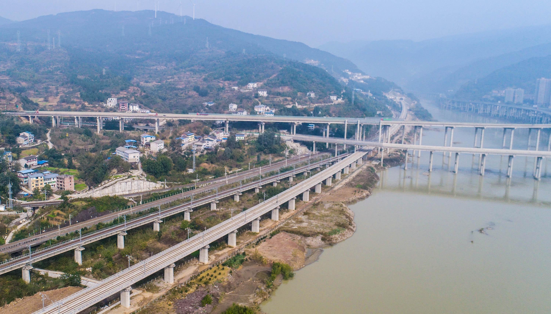 这是11月5日在四川广元市拍摄的西成高铁四川段的一段铁路轨道(纵向右侧)。 新华社记者 薛玉斌 摄
