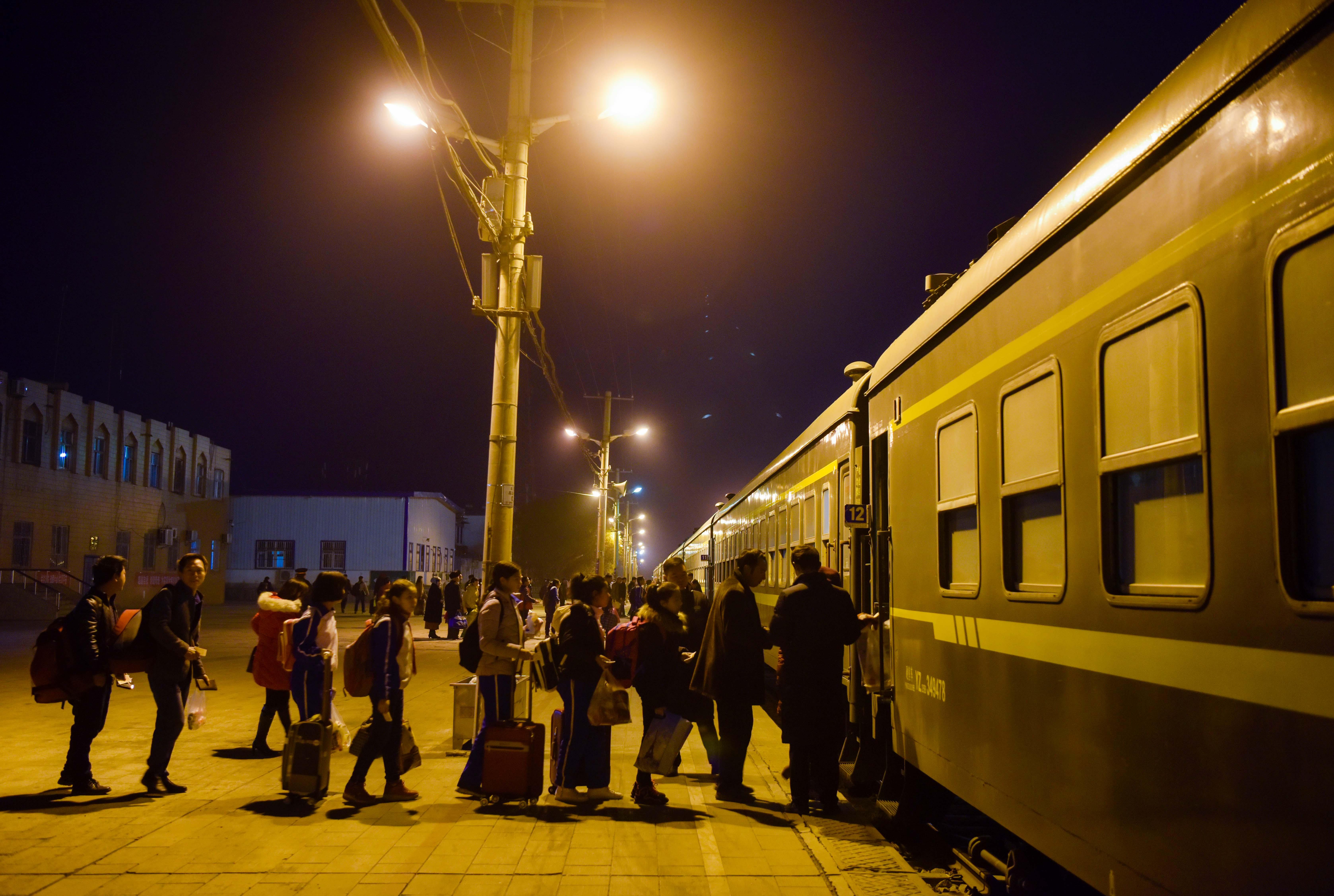 在喀什火车站,乘客准备登乘和田的5809次列车(11月25日摄)。
