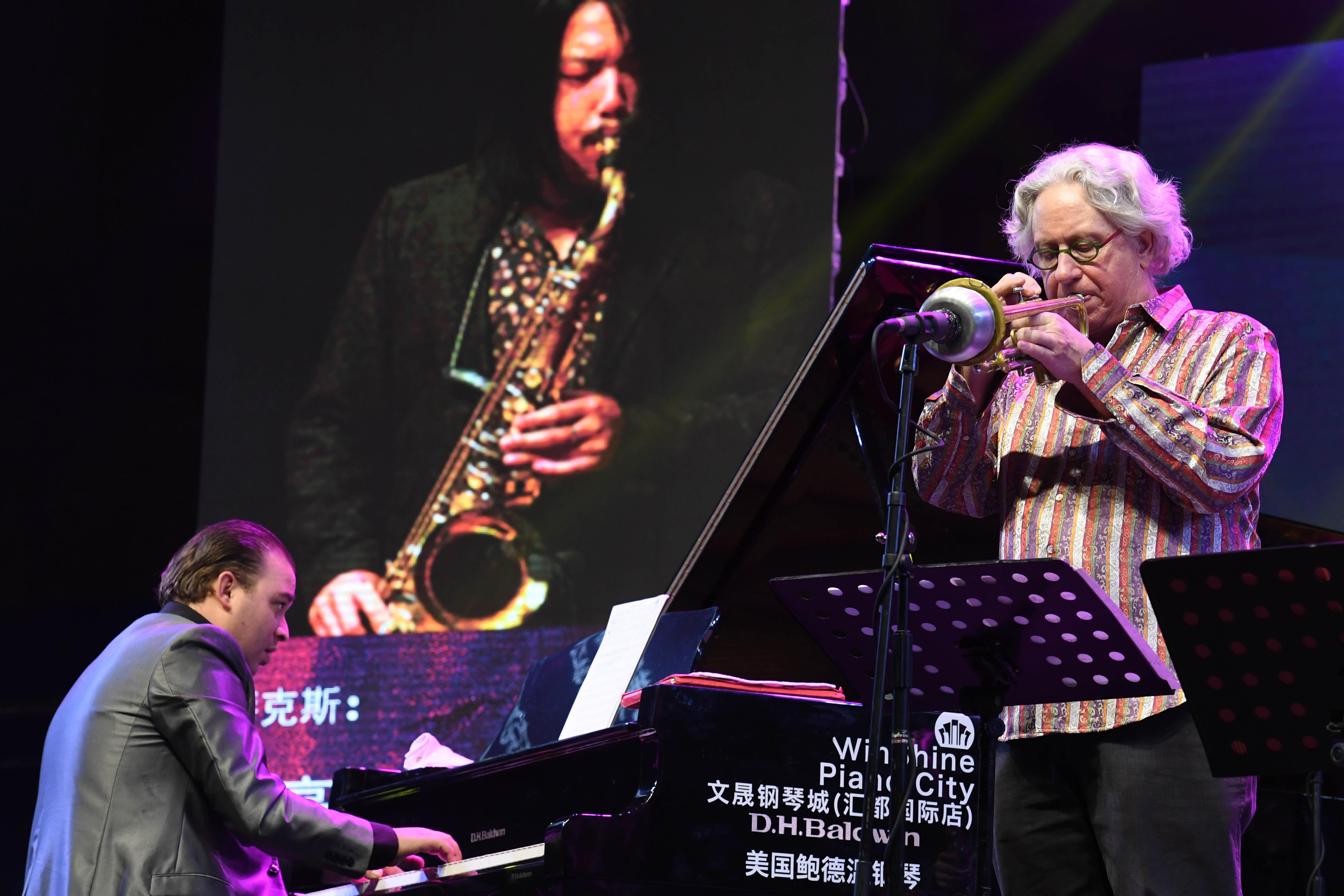 中美欧爵士乐手在表演中。新华社记者 蔺以光 摄