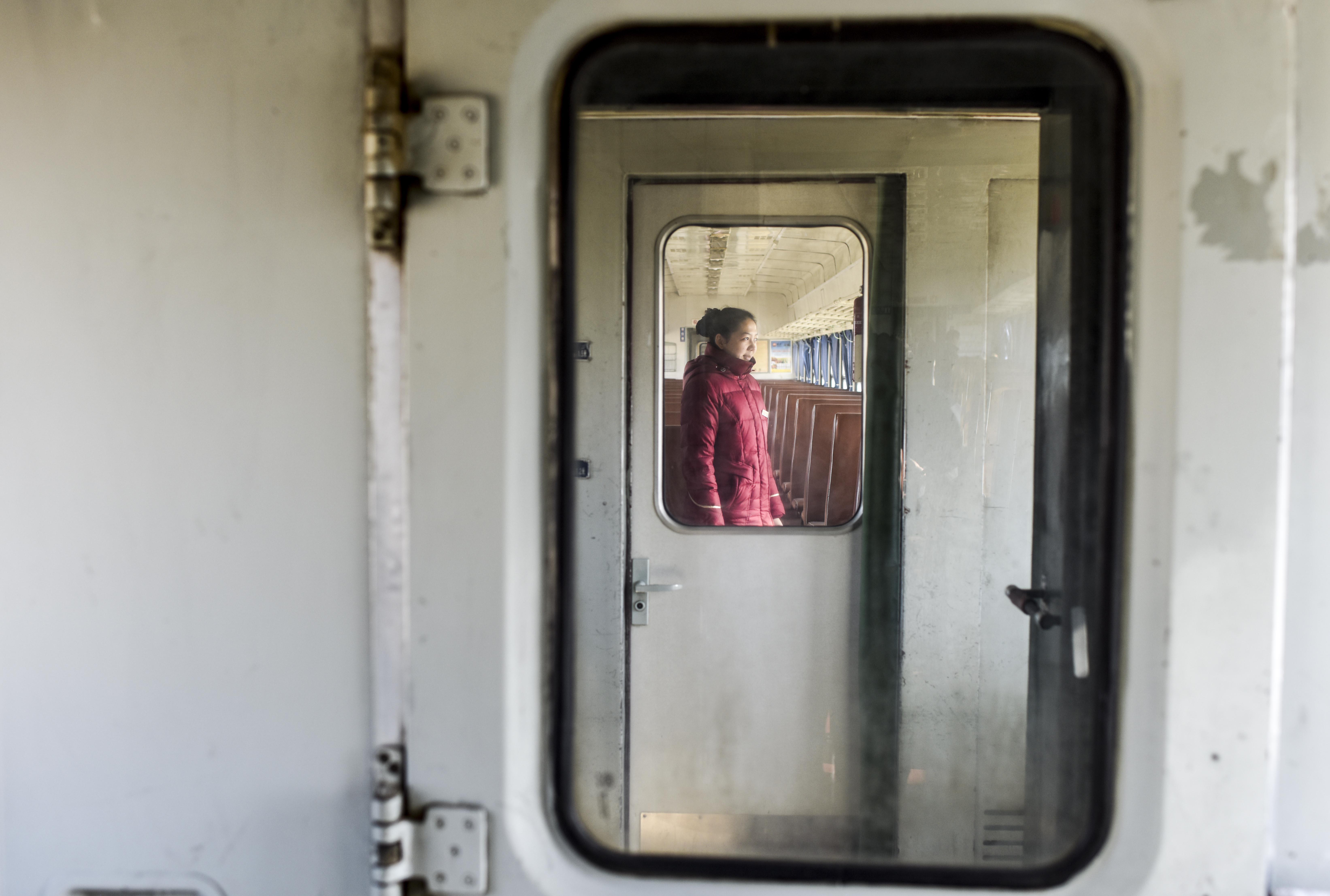 在5809次列车上,列车员苏比努尔·塔叶尓正在上岗中(11月24日摄)。原先是名护士的苏比努尔·塔依尔应聘成为列车员不到半年,从刚开始的不理解到现在,她已经喜欢上了这个岗位。