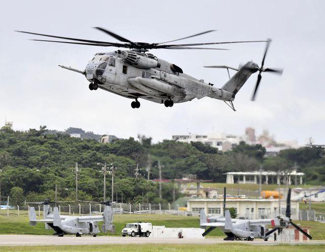 10月,一架美军CH-53E直升机从普天间机场起飞。(新华/美联)