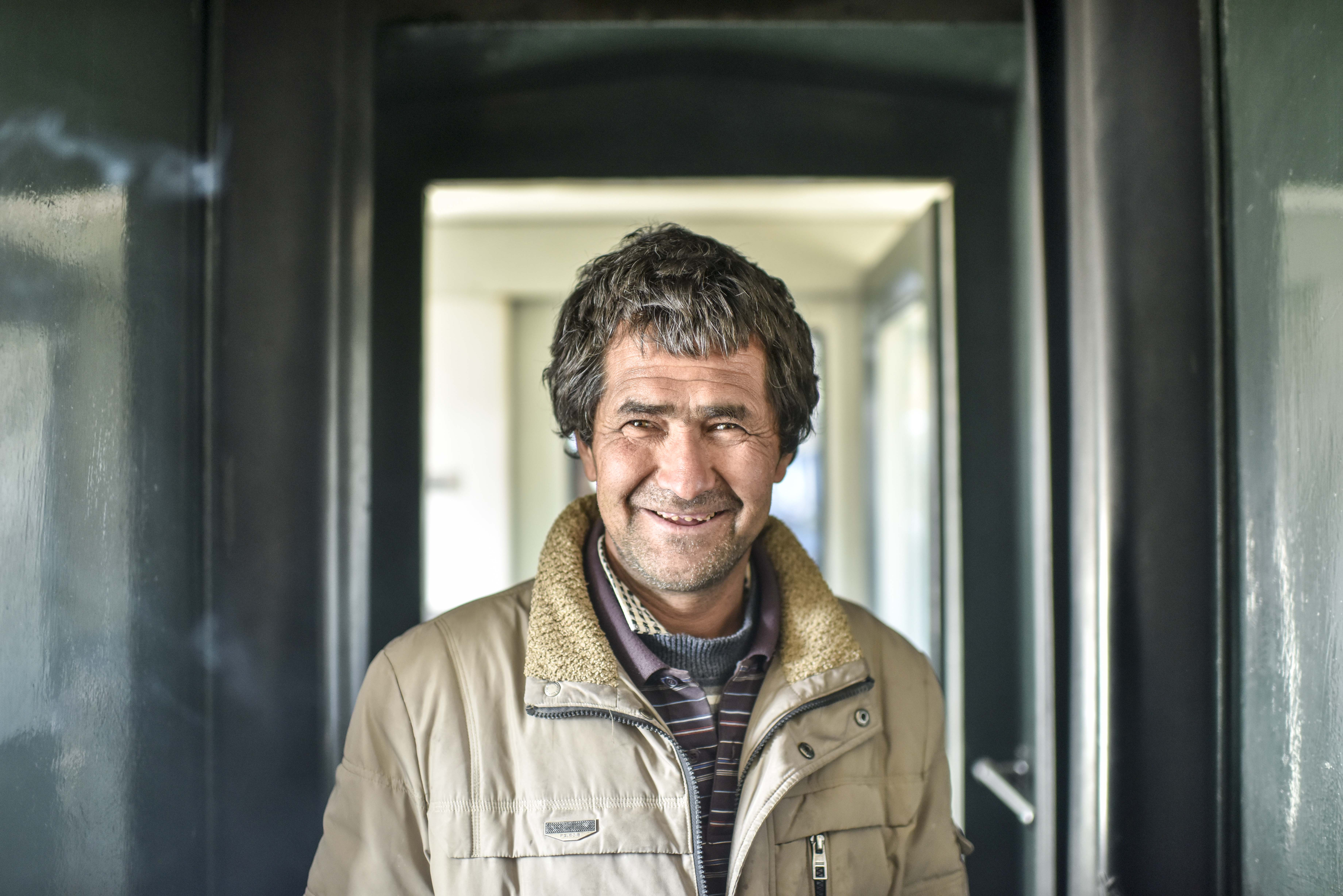 家住和田地区皮山县的赛迪艾合买提·克齐科坐在由和田开往喀什的5810次列车上(11月25日摄)。今年他坐火车前往阿克苏地区拾棉花,在三个月的拾花季里,收入一万多元,这超过了他原先一年的收入。