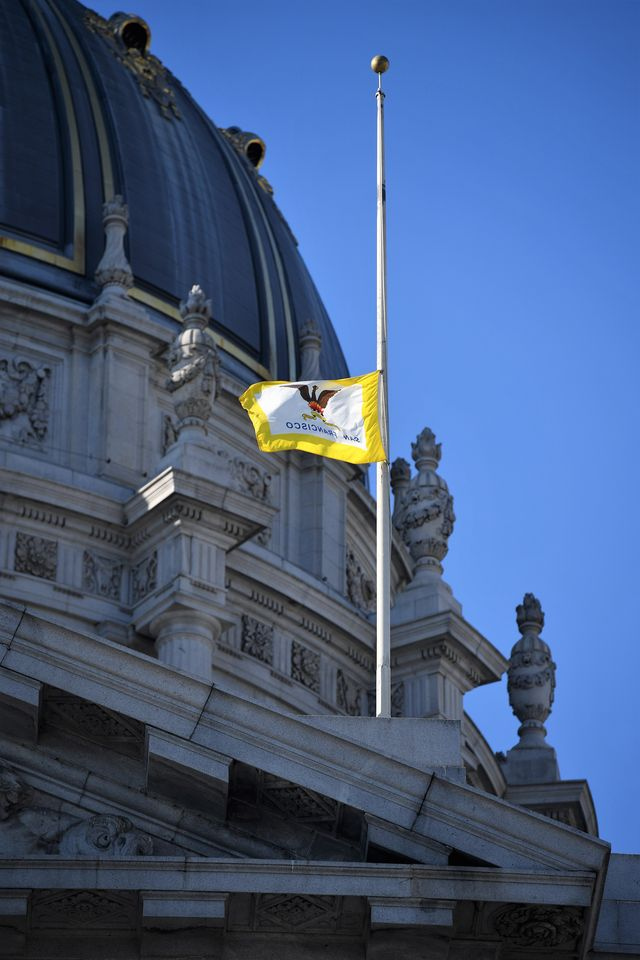 12月13日,旧金山市市政厅降半旗致哀。(新华社记者吴晓凌摄)