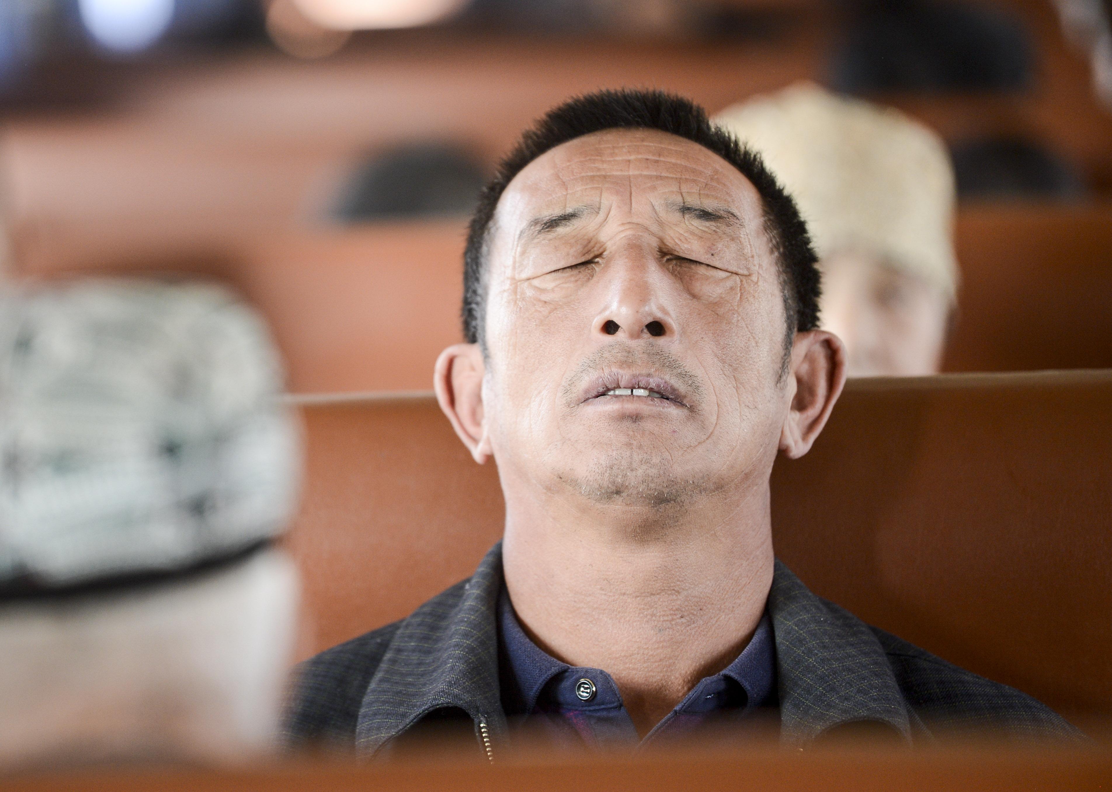 在5809次列车上,旅客在车厢上休息(11月24日摄)。