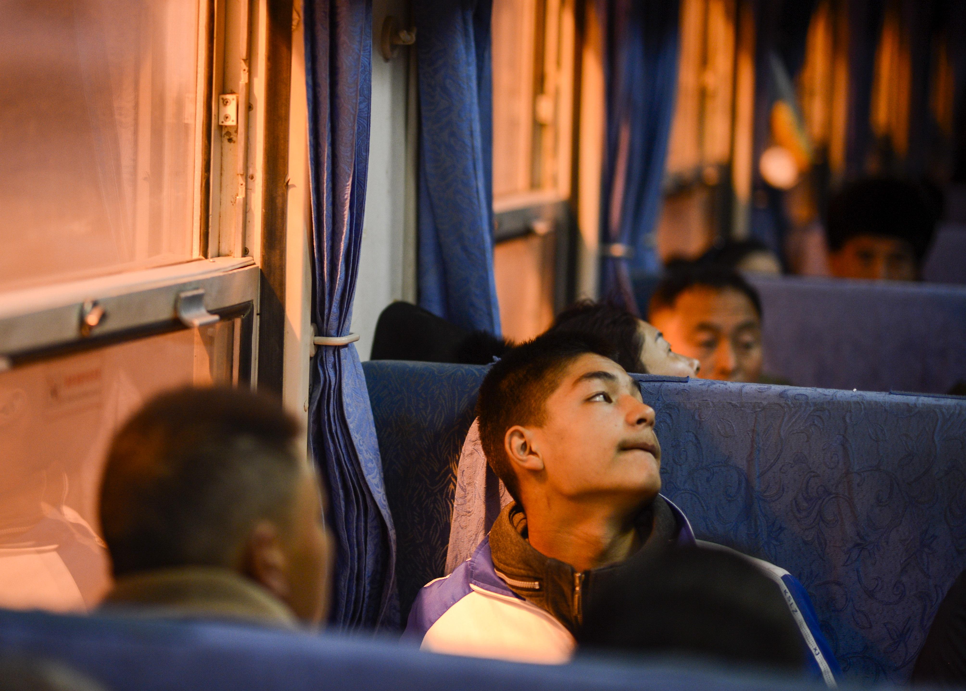 在5809次列车上,旅客在车厢上需找自己的同伴(11月24日摄)。