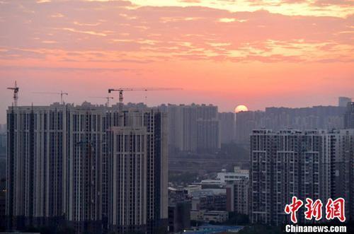 图为成都城区一角太阳正从东方升起。<a target='_blank' href='http://www.chinanews.com/'></p>中新社</a>记者 刘忠俊 摄
