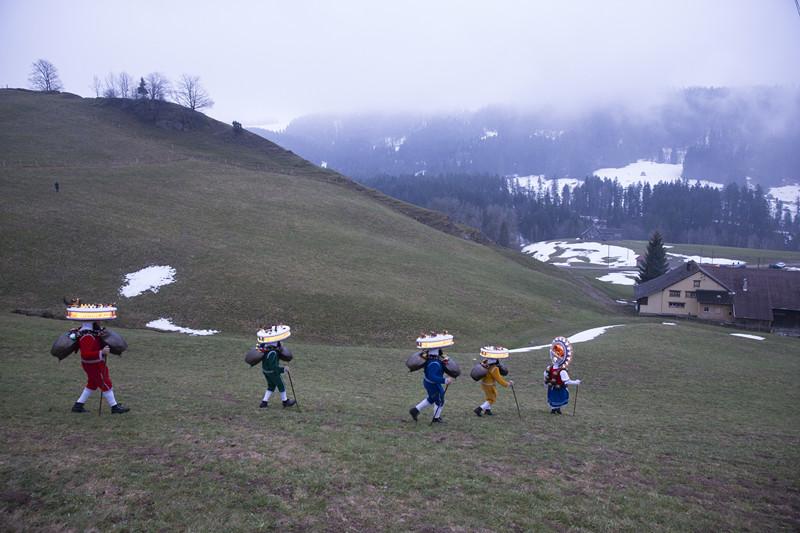 1月13日,瑞士东部外罗德阿彭策尔半州乌尔奈施村,身穿盛装的祈福队伍在清晨启程,前往所在村的各户人家叩门祈福。( 新华社记者徐金泉摄)