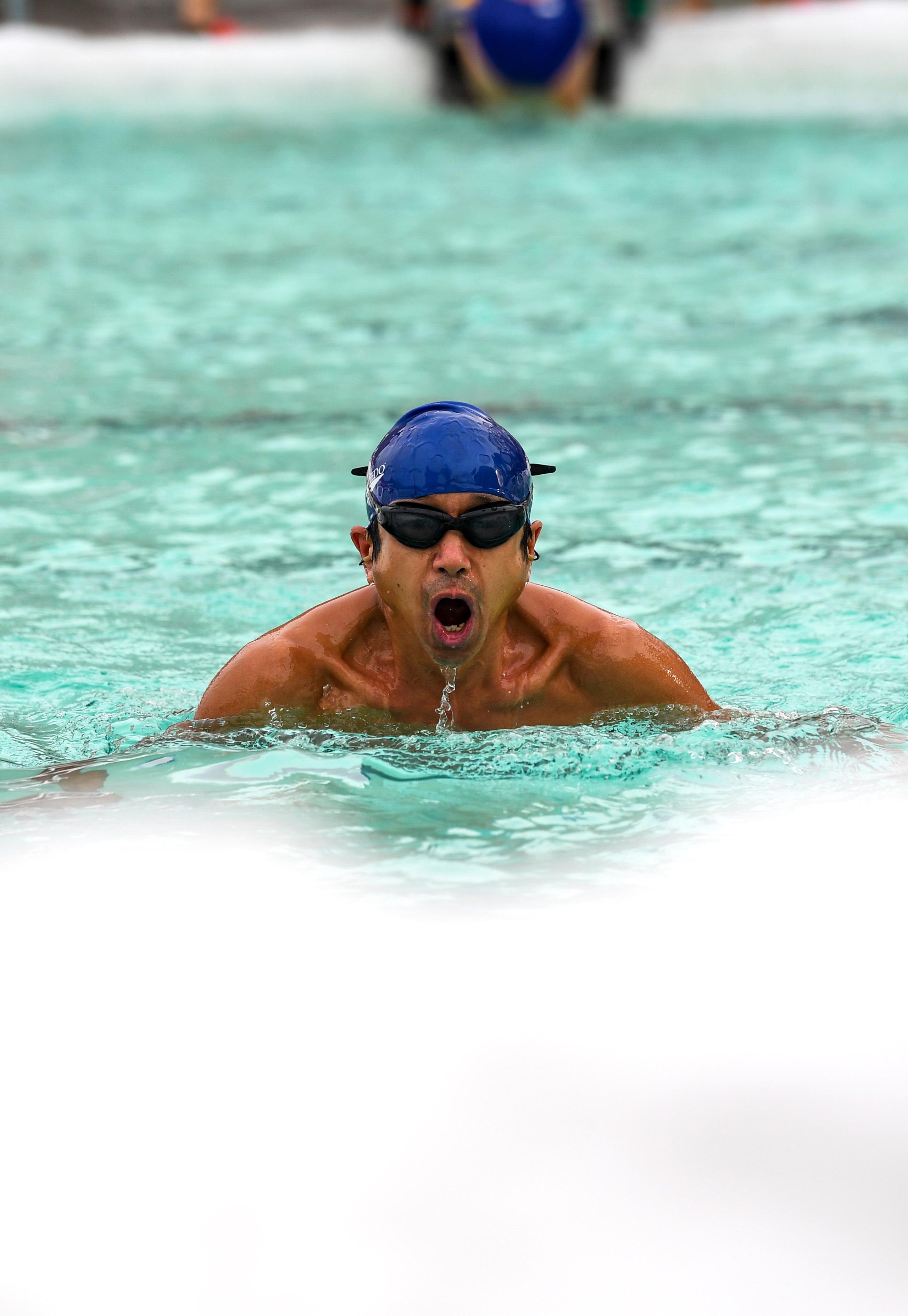 1月12日,一名冬泳爱好者在乌鲁木齐市红山冬泳俱乐部泳池里游泳。 新华社记者胡虎虎摄