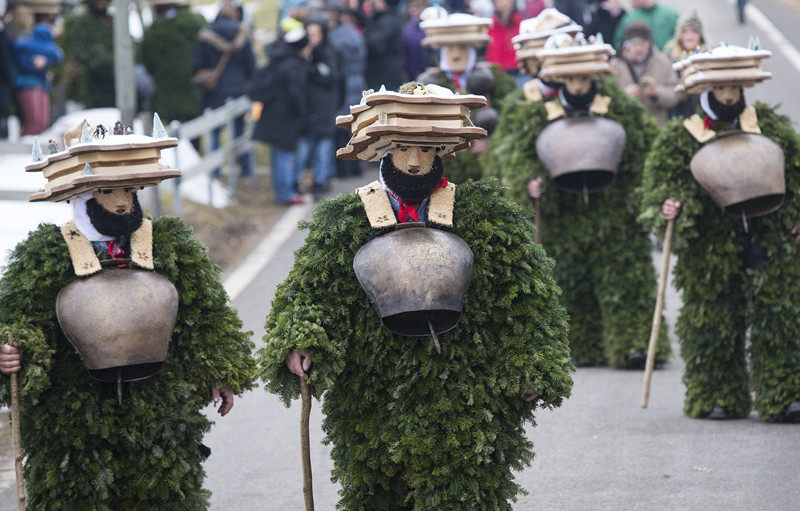 1月13日,瑞士东部外罗德阿彭策尔半州乌尔奈施村,当地村民身穿树枝和树皮服装,前往所在村的各户人家叩门祈福。( 新华社记者徐金泉摄)