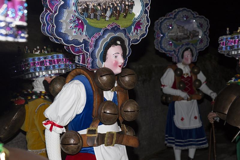 1月13日,瑞士东部外罗德阿彭策尔半州乌尔奈施村,身穿盛装的祈福队伍在清晨启程,前往所在村的各户人家叩门祈福。(新华社记者徐金泉摄)