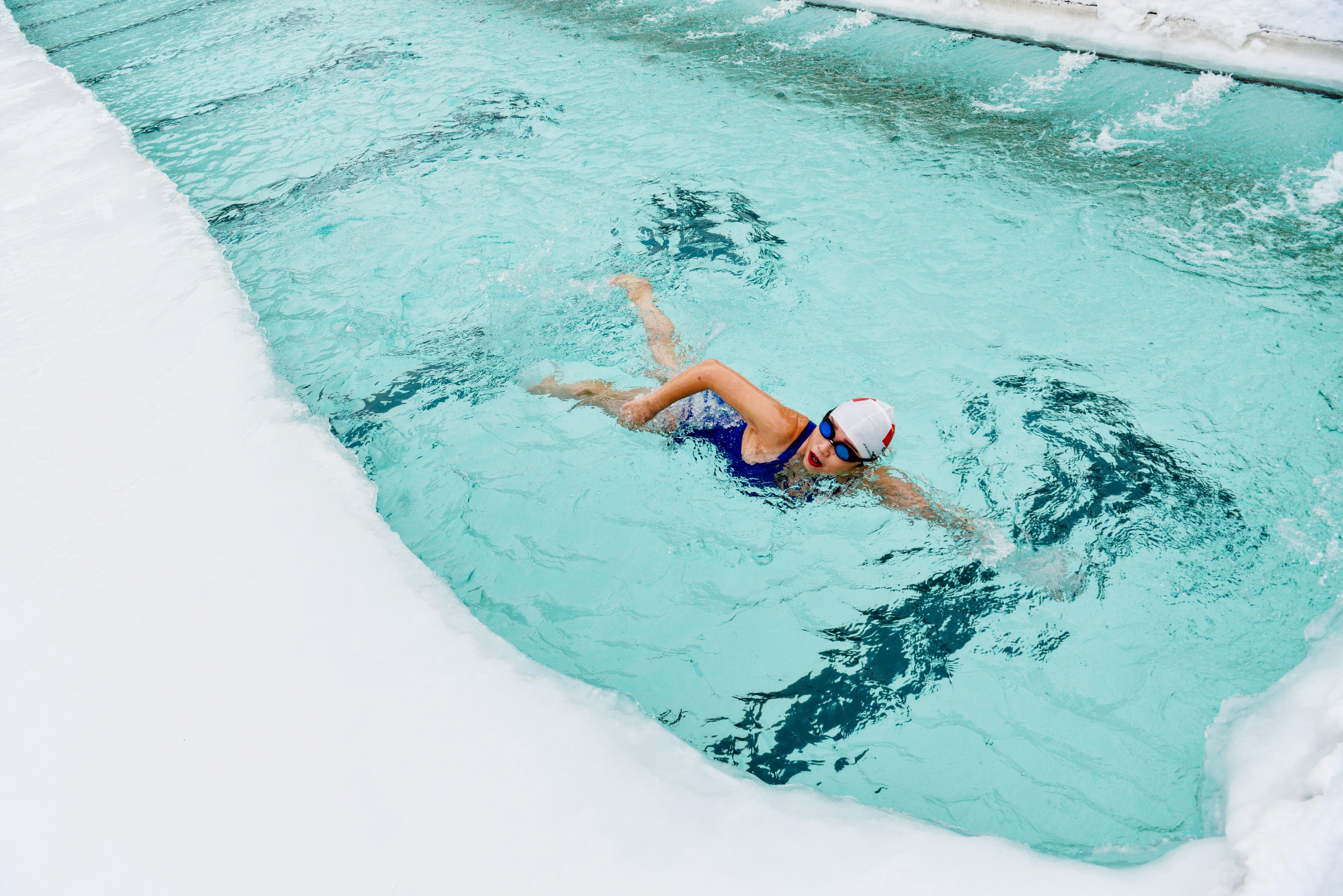 1月12日,一名冬泳爱好者在乌鲁木齐市红山冬泳俱乐部泳池里游泳。新华社记者胡虎虎摄