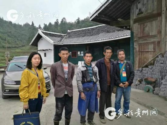 ↑徐梅生前照片(左一)。(图片来自网络)