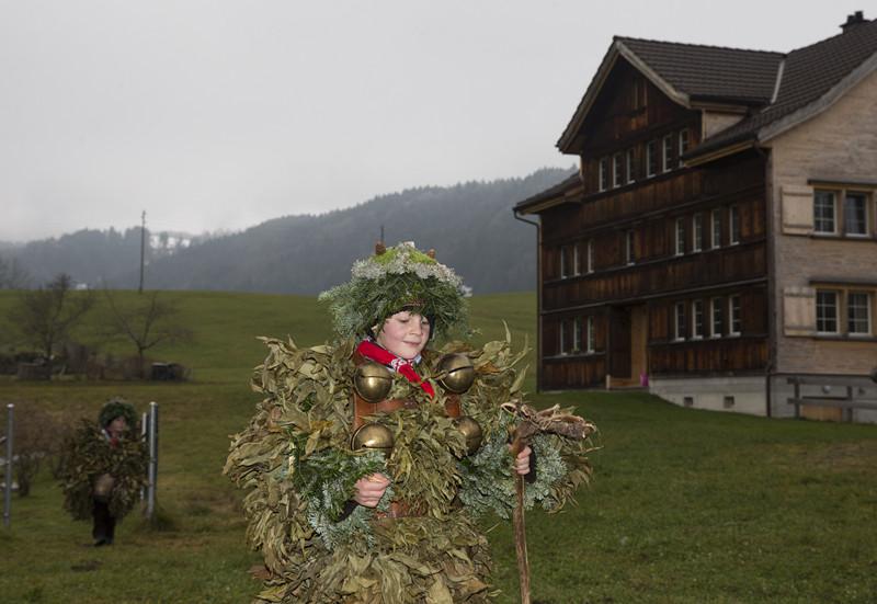 1月13日,瑞士东部外罗德阿彭策尔半州乌尔奈施村,两名儿童身穿树枝和树皮服装参加旧历除夕祈福活动。(新华社记者 徐金泉摄)