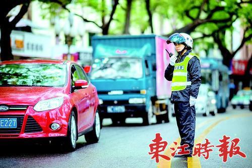 2月13日至3月2日每天19时30分至23时,市区环城西路等7路段将实行限时单行,图为交警正在指挥交通。 《东江时报》记者周楠 摄