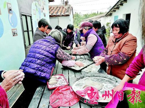 张村村传统美食节活动现场。 本报记者龚 妍 通讯员吴秀英 摄