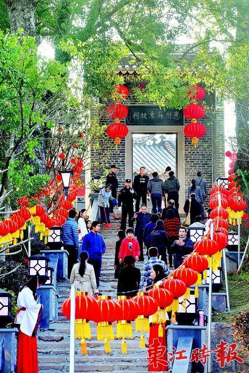"""东坡祠山门上的匾额""""惠州苏东坡祠""""为饶宗颐题写。"""