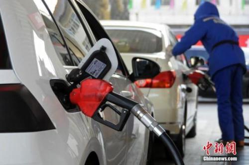 资料图:山西太原,加油站工作人员给汽车加油。<a target='_blank' href='http://www.chinanews.com/'></p></p>中新社</a>发 武俊杰 摄