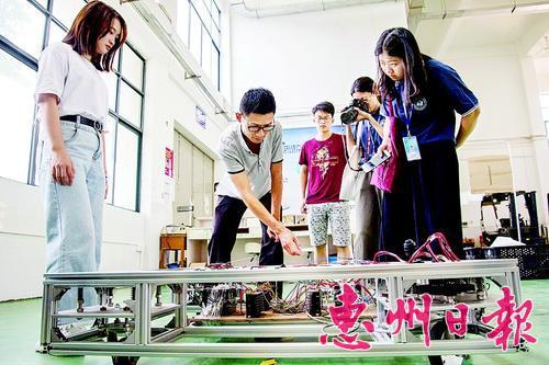 近年来,惠城区创新工作取得明显成效。这是学校师生演示四轮转向物流机器人。