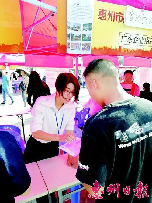 玉溪招聘会现场吸引众多求职者。