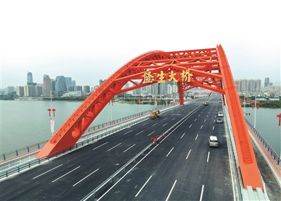 隆生大桥全长1170米、宽44米,设计双向8车道。 本组图片 本报记者汤渝杭 摄